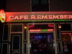 Deux amoureux au Café Remember