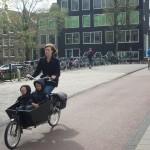 Deux enfants vélo poussette