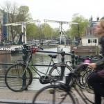 Jeune femme sur un vélo