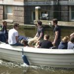 Jeunes sur un bateau