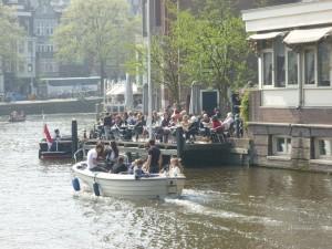 Jeunes sur un bateau 2