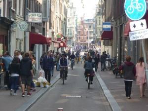 Rue Amsterdam piétons et vélos